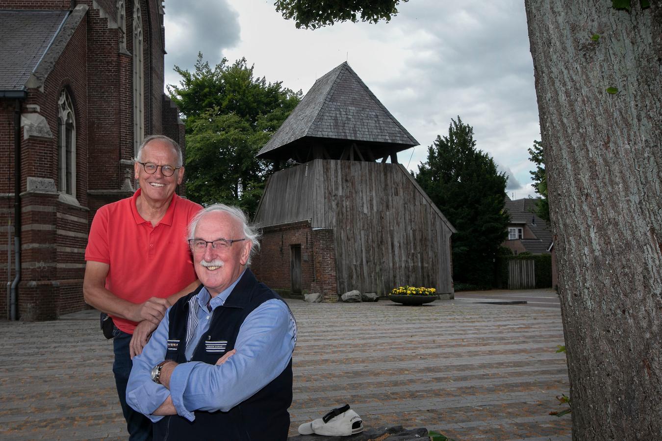 Bèr Timmermans (links) en Cas van Houtert zijn betrokken bij het boek 'Stad zonder muren' over 550 jaar Bergeijk.