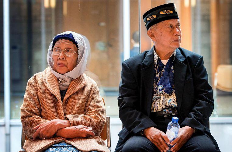 Mevrouw Paturusi en de heer Monji tijdens de schorsing van de rechtszaak tegen de staat om de executie van duizenden Indonesische mannen in 1947 in Zuid-Sulawesi door Nederlandse militairen. Beeld ANP