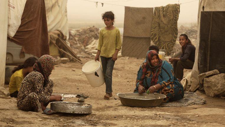 Syrische vrouwen pellen knoflook voor restaurants, ze krijgen 30 eurocent per kilo. Beeld ap