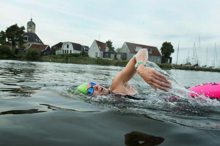 Michiel Land organiseert zwemtochten waarbij liefhebbers van zwemmen in buitenwateren volledig vrijblijvend kunnen aanhaken. Beeld Sander Nieuwenhuys