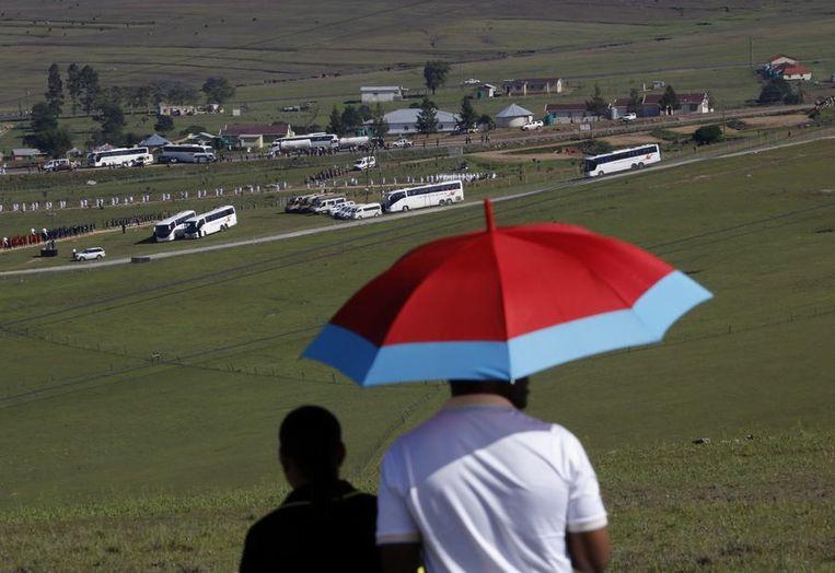 Publiek bij een uitzicht over de begraafplaats van Mandela. Beeld reuters
