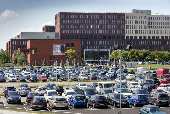 Op het parkeerterrein van het Jeroen Bosch Ziekenhuis is het zoeken naar een plekje.