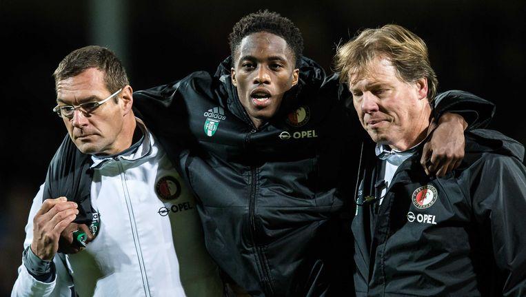 Feyenoord-verdediger Terence Kongolo verlaat zondag geblesseerd het veld tegen Go Ahead Eagles. Beeld anp