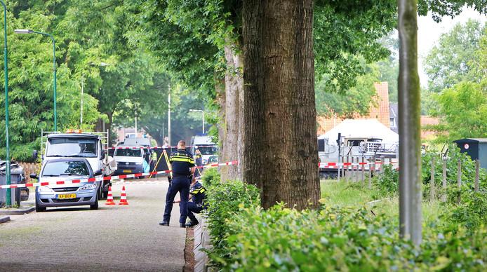 De politie doet onderzoek na de dodelijke schietpartij in juni 2018 bij het woonwagenkampje aan de Hoogheuvelstraat