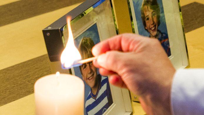 De foto's van Ruben en Julian bij het condoleanceregister voor de overleden broers in het gemeentehuis van Zeist
