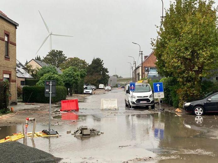 De Langerbruggestraat in Oostakker staat helemaal onder water.