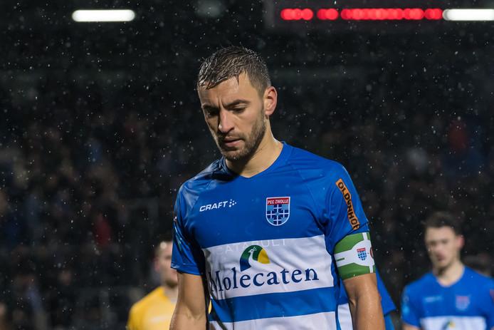 Een doorweekte Bram van Polen verlaat teleurgesteld het veld na de nederlaag tegen Feyenoord.