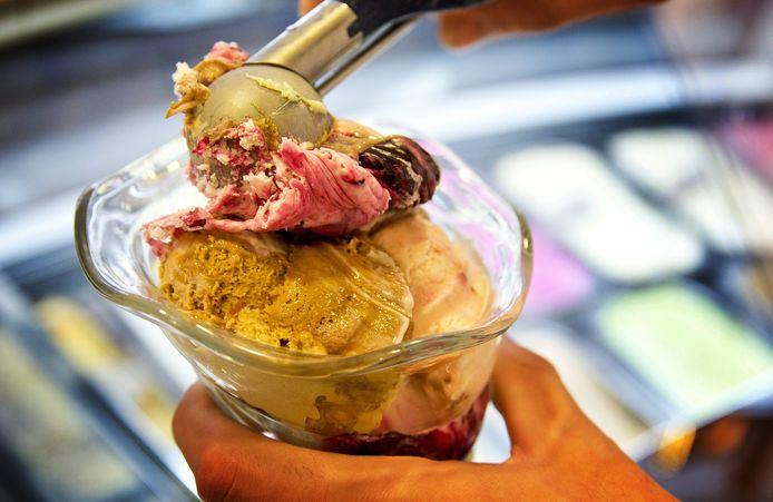 Zo eet Giulio Dal Zotta van Gelateria Riva graag ijs: verschillende smaken in een coupe scheppen en als het smelt alles door elkaar roeren.