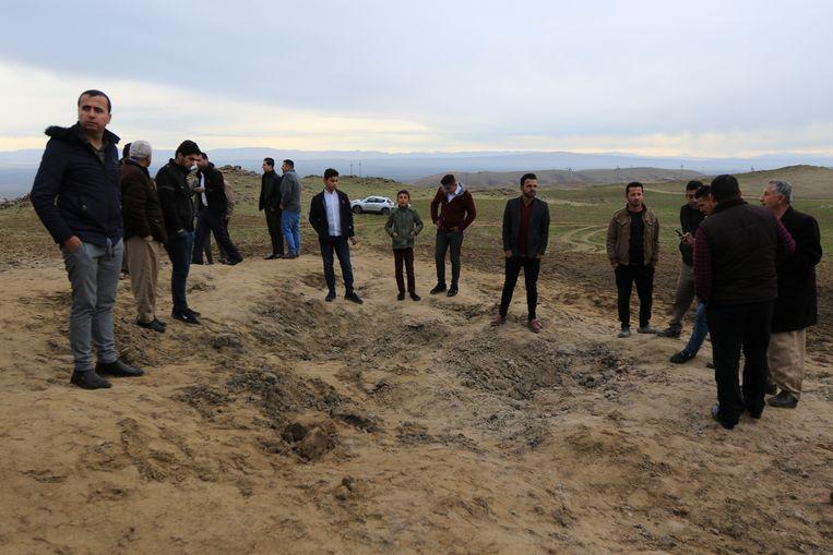 Een krater van één van de raketten die Iran afvuurde. Beeld REUTERS