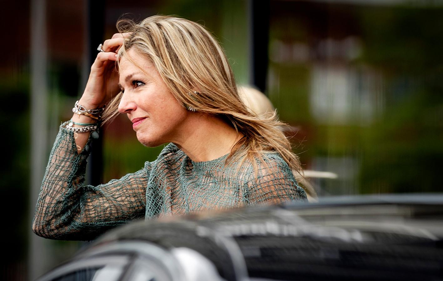 Koningin Maxima vertrekt na een werkbezoek aan het Protonentherapiecentrum in Groningen. Daar gaf ze een statement over het overlijden van haar zus Ines. Het is het eerste publieke optreden van de vorstin na het overlijden van haar zus.