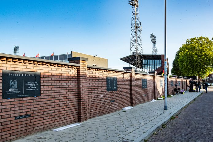 De panelen in de nieuwe stadionmuur van De Adelaarshorst
