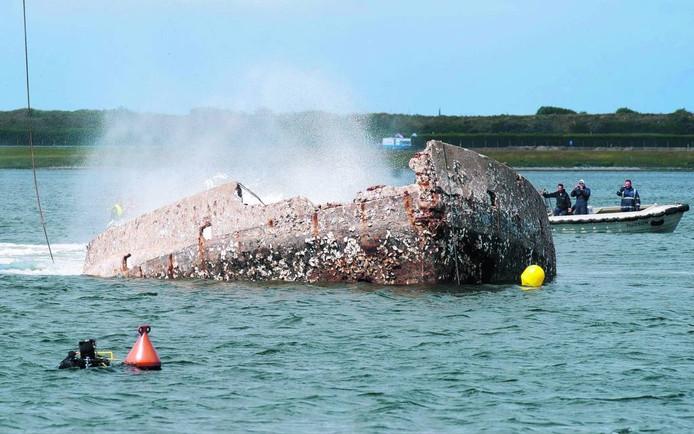 Het betonnen schip Le Serpent werd op 8 juli 2011 bij Scharendijke afgezonken als duikobject. archieffoto Dirk-Jan Gjeltema
