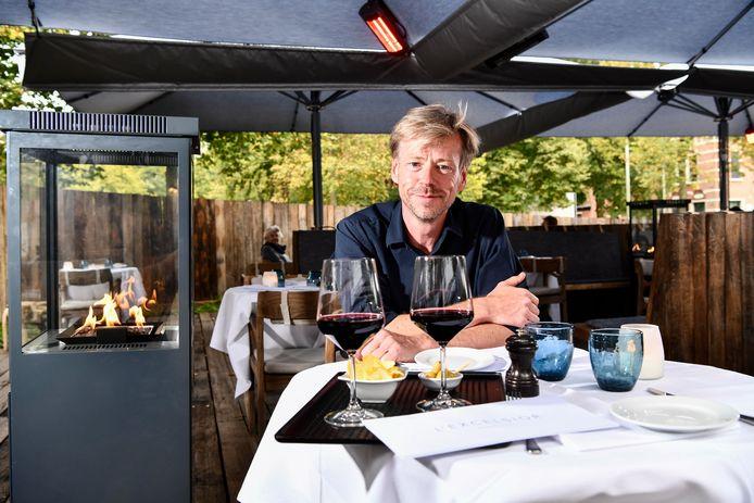 Guy Cox van brasserie Excelsior  bereidt zich voor op een winterterras voor zijn klanten om het slechte voorjaar goed te maken door de coronalockdown.