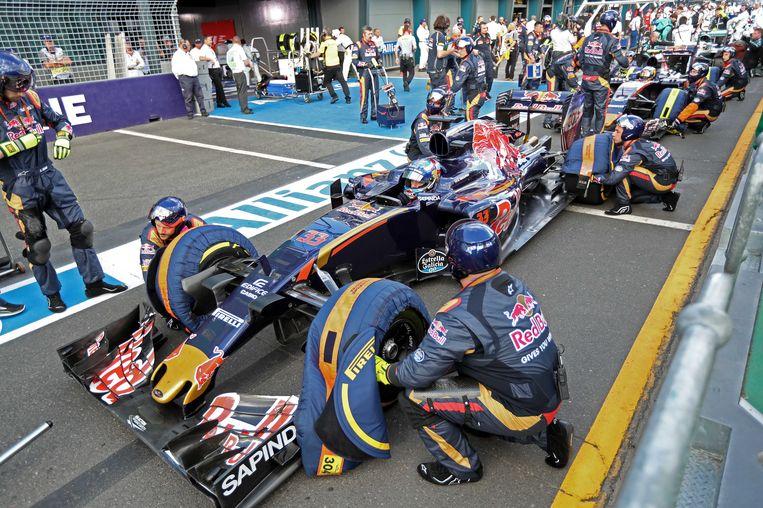 De pitstop bij Max Verstappen tijdens de Grand Prix van Australie loopt uit op een klein drama. Bij die stop duurde het lang voordat met name de linkervoorwiel verwisseld was. Door een misverstand stonden de banden niet klaar. Beeld anp