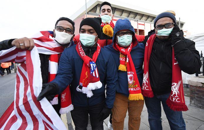 Supporters van Atlético voor het stadion van Liverpool.