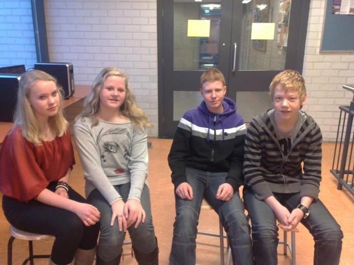 Inge, Amber, Kick en Jelle (vlnr) van het Liemers College in Didam gaan Duitse leeftijdgenoten ontmoeten. Foto: DG