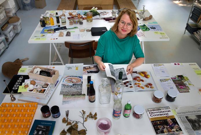 Fooddesigner Katja Gruijters achter een van de tafels met allerlei 'ingredienten van de Achterhoek'.