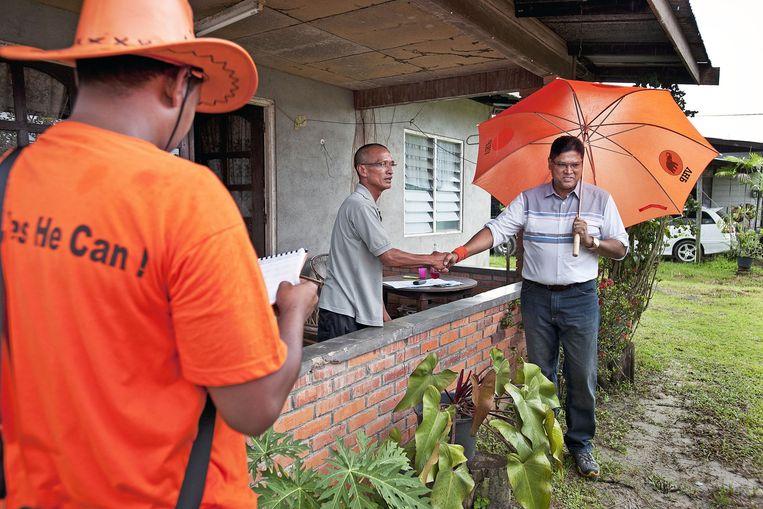 Oud-politiecommissaris Santokhi was jarenlang een van de meest bedreigde mannen van Suriname. De door Bouterse bedachte bijnaam'Sheriff' gebruikt Santokhi nu om zich te profileren als man van orde en recht. Beeld Guus Dubbelman/de Volkskrant