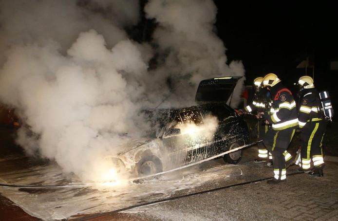 De voorkant van de auto werd volledig verwoest door de brand.