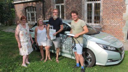 Regionaal Landschap wil elektrisch autodelen promoten en stuurt gezin... naar Zweden