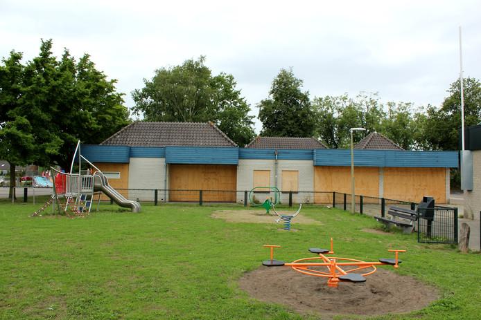 Het dichtgetimmerde Kruiswerkgebouw in de Nijkerkse wijk Paasbos gaat nog deze maand plat. De plannen voor nieuwbouw op deze locatie zijn nog in voorbereiding.