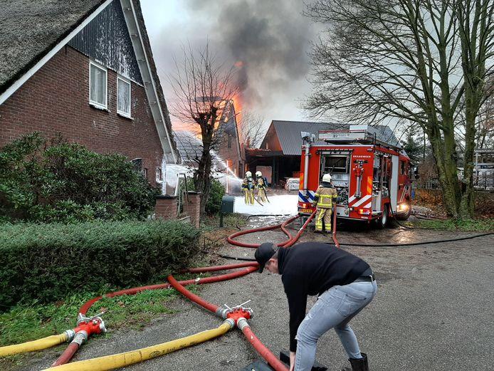 Een schuur bij een bouwbedrijf in De Heurne is helemaal uitgebrand. De brandweer heeft voorkomen dat het vuur is overgeslagen naar het woonhuis.