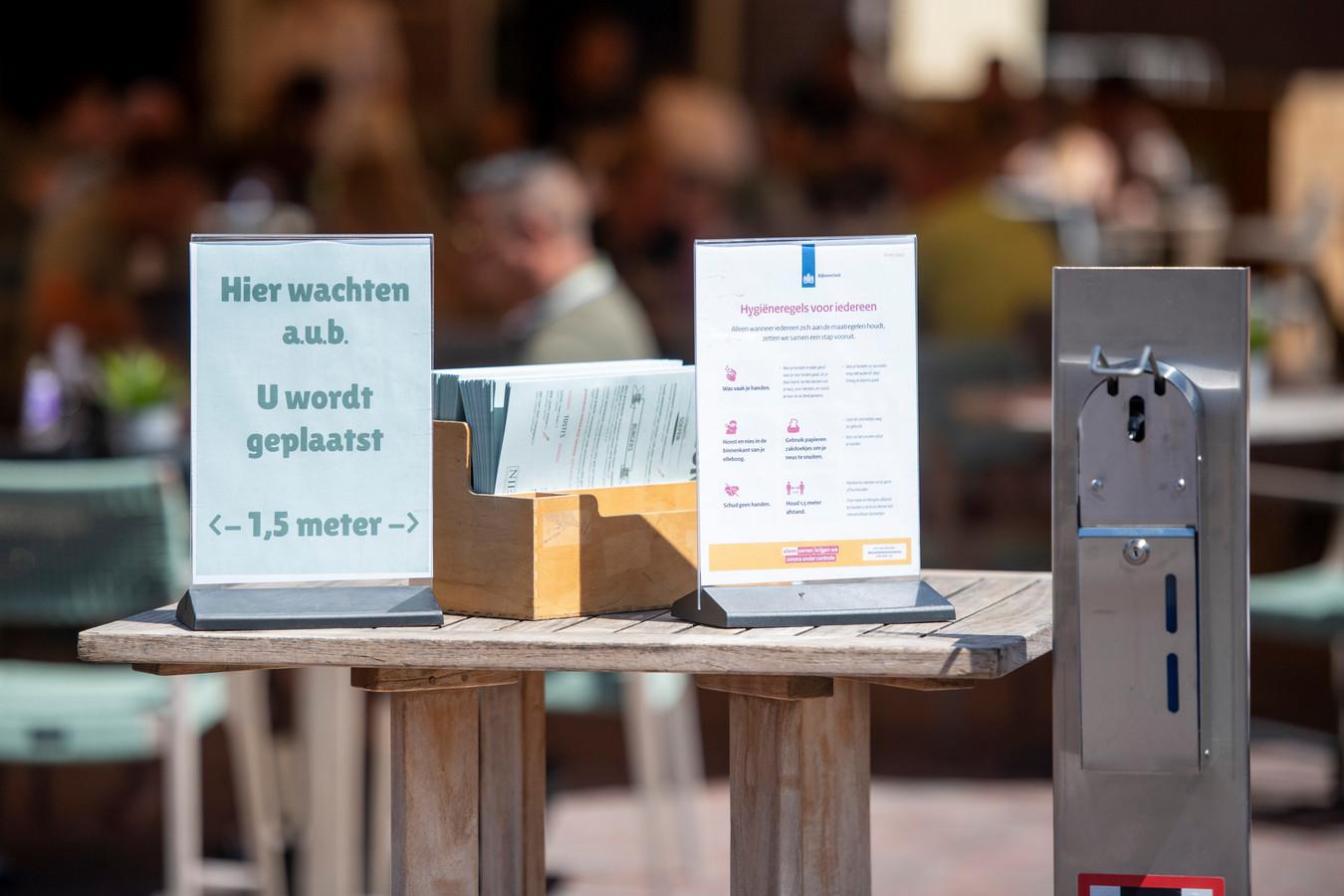 Terrassen in Twente tonen de hygiëneregels aan de klanten.