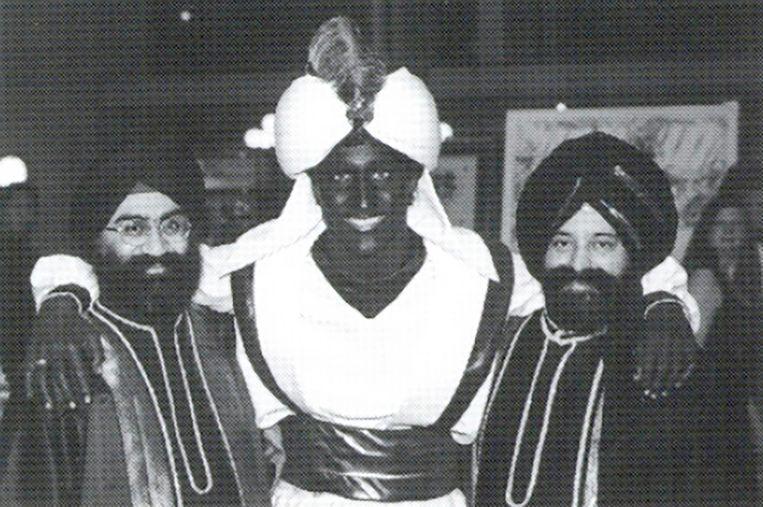 """Justin Trudeau (m) op een """"Arabian Nights"""" gala in 2001 Beeld AP"""