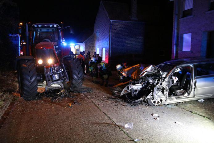 De bestuurder van de Volvo botste frontaal op de tractor en belandde daarna met zijn achterkant tegen de gevel van een woning.