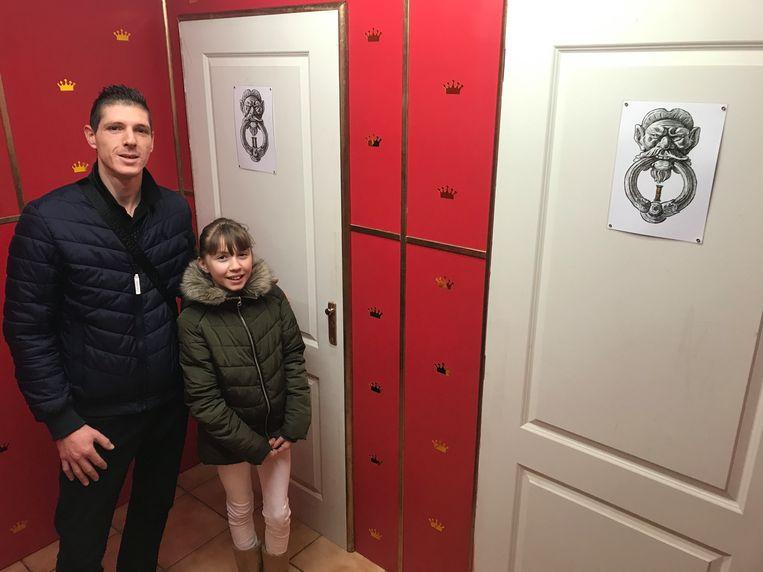De escape room begint al bij deze twee deuren: welke kies jij? Alex Van Orbeek en zijn dochter Enza tekenden alvast een spannend middeleeuws verhaal uit.