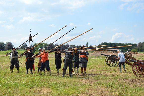 Een aantal re-enactors geven een demonstratie met pieken tijdens 'Ninove 1692' op Doorn Noord.