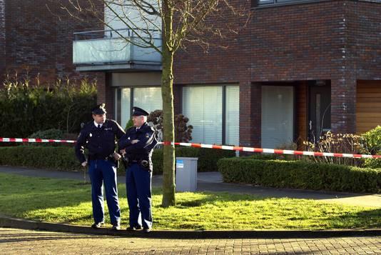 Agenten staan voor het huis van de ex-man van de vermoorde Claudia Oskam in Zevenbergen.