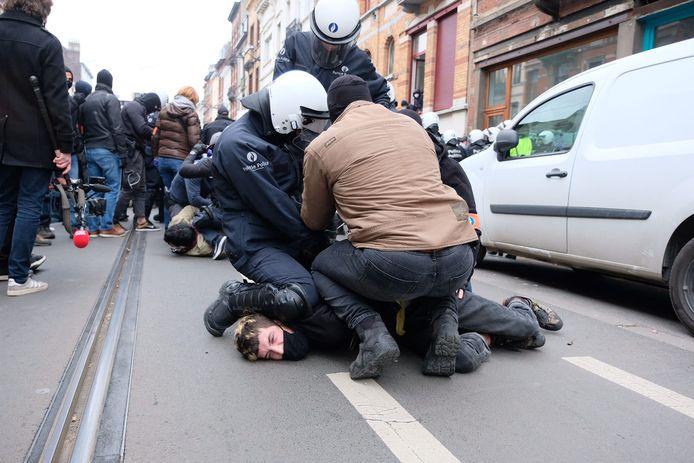Tientallen jongeren voeren actie in Anderlecht voor Adil: politie bezig met arrestaties.