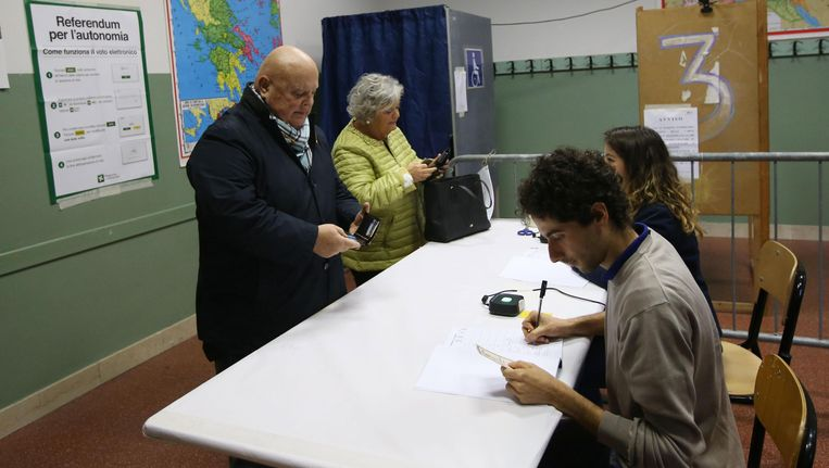 Mensen komen stemmen in een stembureau in Brescia.