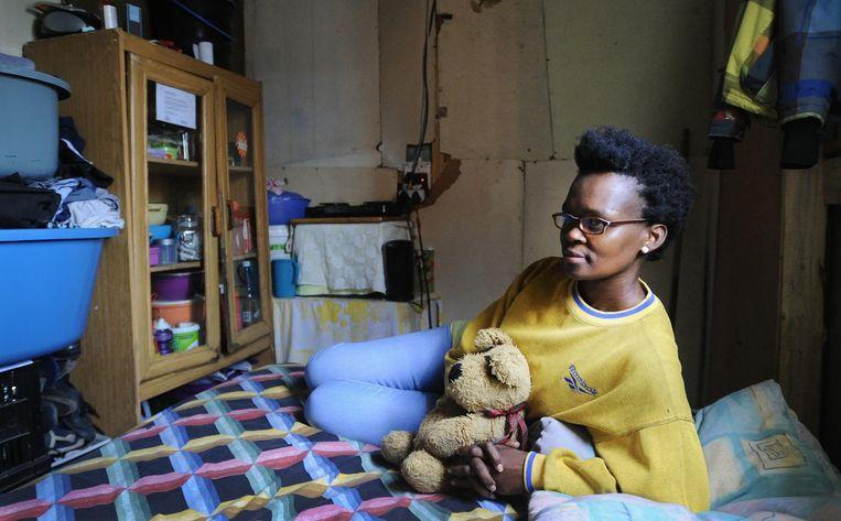 Buyiswa Ntsadu durft 's avonds amper haar huis uit in township Khayelitsha. Liefst 81 procent van de vrouwen voelt zich er 's nachts niet veilig. Beeld brenton geach