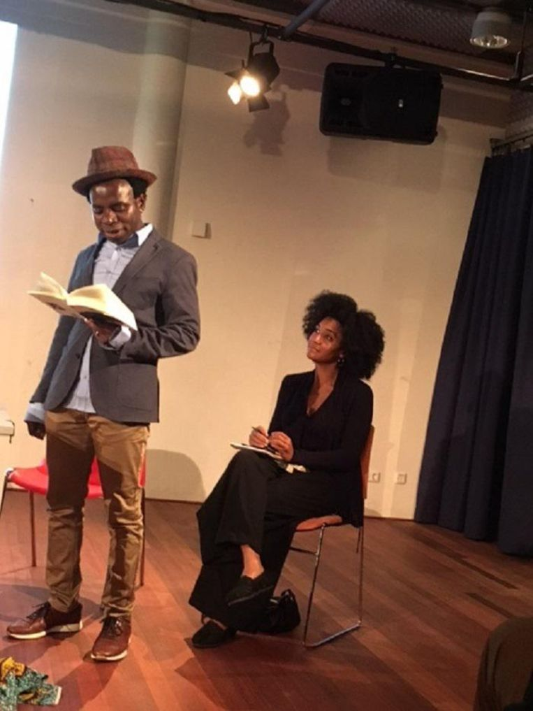 Vamba Sherif leest voor uit De zwarte Naoleon; Ama van Dantzig luistert. Beeld avdv