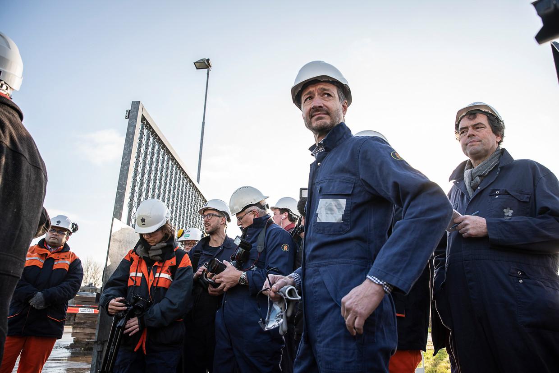Minister Wiebes krijgt uitleg over de sloop van de boorput. Beeld Harry Cock / de Volkskrant
