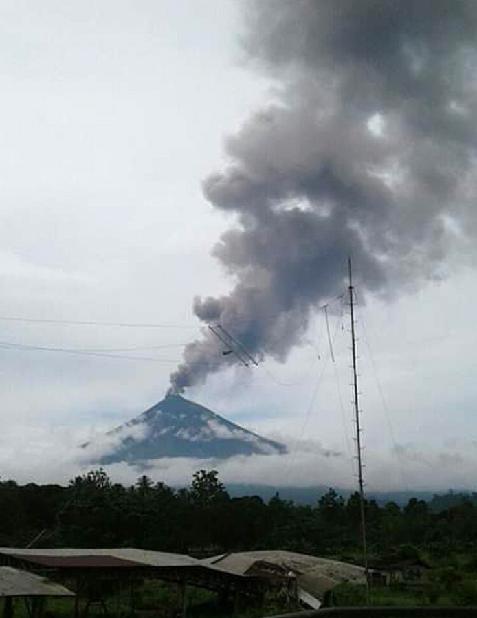De aswolk boven Mount Alawun wordt steeds groter.