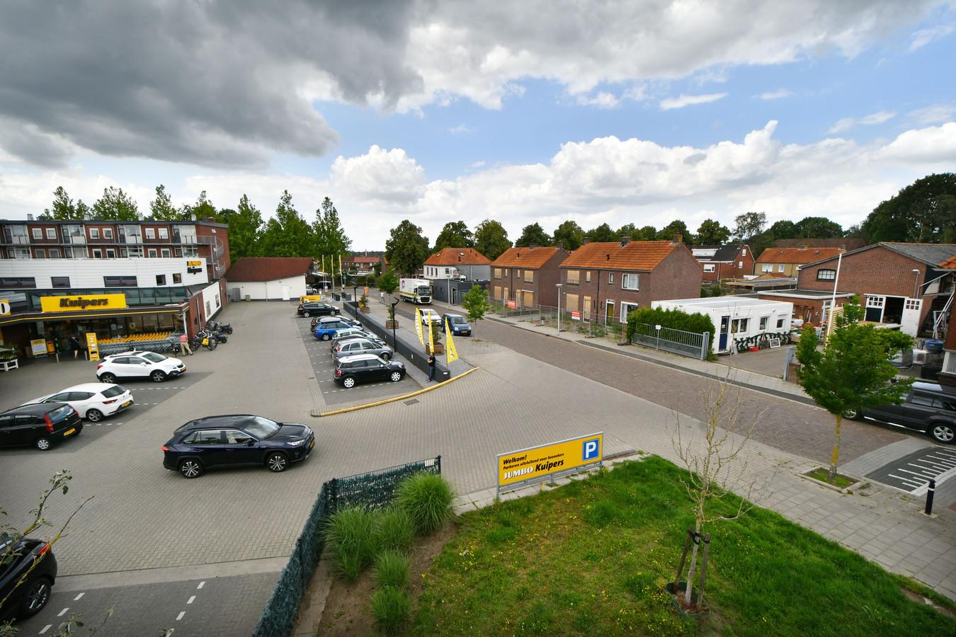 Björn Kuipers wil een extra parkeerterrein pal tegenover zijn supermarkt. Daarvoor moeten vier woningen van WBO Wonen wijken. De woningen zijn inmiddels gesloopt.
