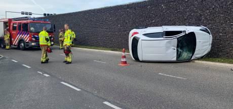 Automobilist verliest controle na botsing en slaat over de kop in Harderwijk