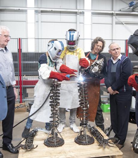 Een robot lassen van oude auto-onderdelen op de 'opa-morgen' in Nijverdal