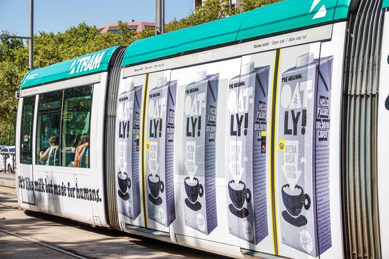 Advertenties van Oatly op een tram in Barcelona. Het bedrijf neemt de voedselindustrie de maat op zijn verpakkingen.  Beeld Jeff Greenberg/Universal Images