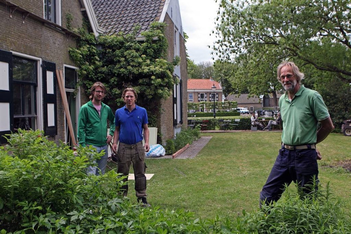 De broers Jeroen en Robbert Akkermans (l) met vader Jos Akkermans voor het Schippers- annex Bierhuis op het middeneiland van Benendensas. In het bierhuis komen appartementen en een restaurant. foto Chris van Klinken/het fotoburo