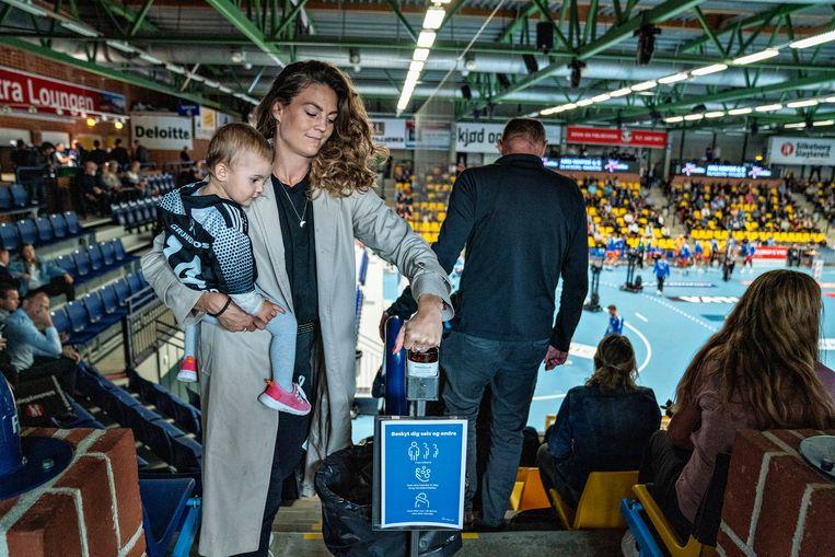 In een handbalstadion in het Deense Silkeborg kunnen bezoekers hun handen desinfecteren. Beeld Henning Bagger/ ANP/ Ritzau Scanpix