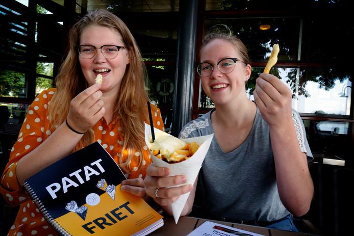Sarah Honing (l) en Nienke Streefkerk deden onderzoek naar 'patat' of 'frites'.