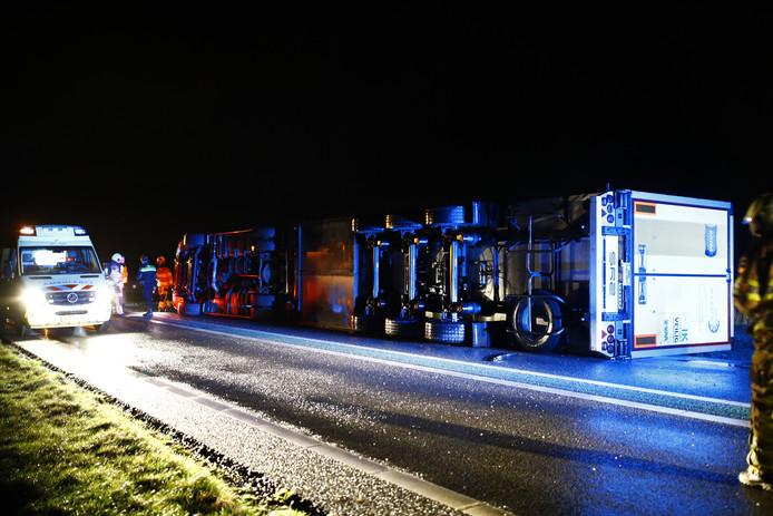 De gekantelde vrachtwagen op de N50 bij Kampen.
