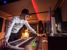 Zingen kan hij niet, maar de computer helpt artiest Majid Hadou uit Ermelo met zijn muziekdromen