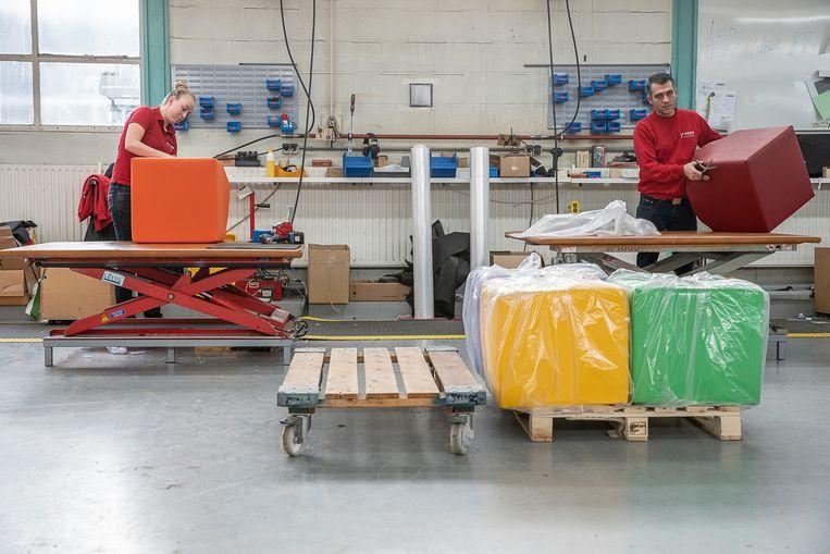 Bij fabrikant Vepa in Hoogeveen worden meubels gemaakt van gerecycled plastic uit de Amsterdamse grachten. Beeld Harry Cock / de Volkskrant
