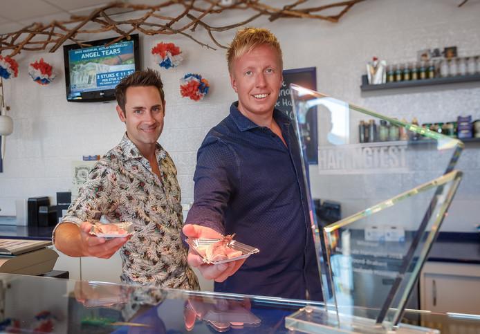 Vishandel Havenzicht in Etten-Leur heeft de beste haring van Noord-Brabant. In beeld eigenaars Bram de Vos en Stevie Wijnings.
