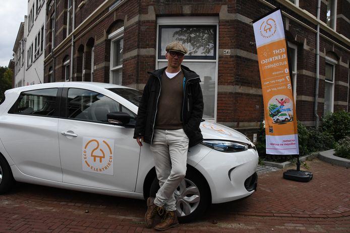 """Marc Graetz, projectmanager van 073elektrisch, poseert bij een van de deelauto's. """"Hoe sociaal wil je het hebben?"""""""